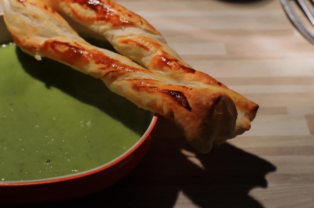 Suppe mit Blätterteigstange