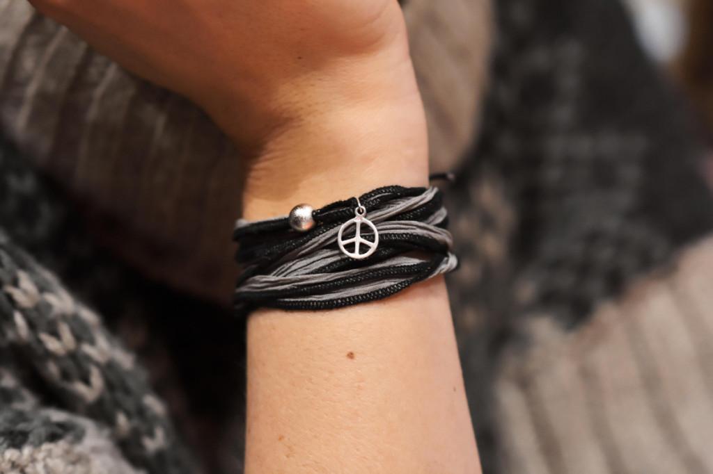 Handgelenk mit Peace-Anhänger
