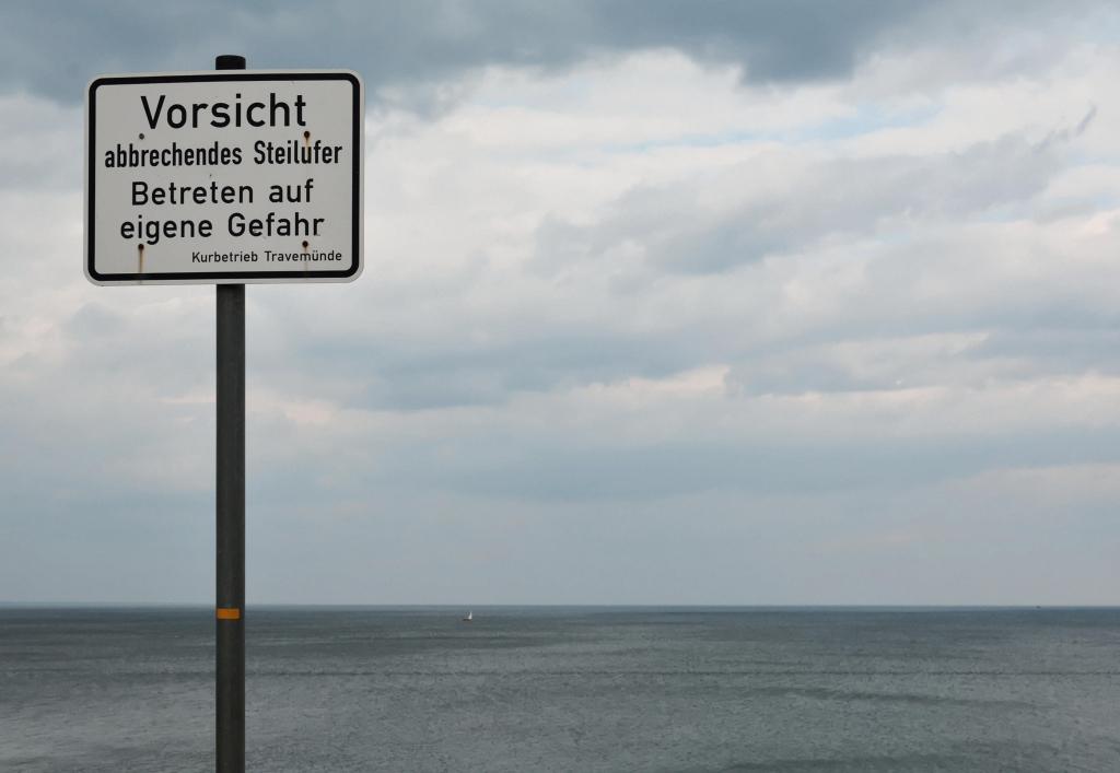 Warnschild an der Steilküste
