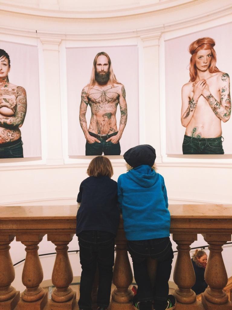 Die Söhne im Museum