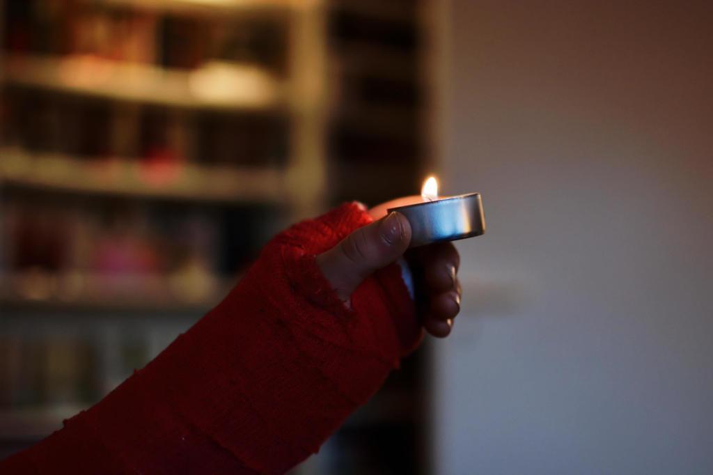 Sohn II hält Kerze