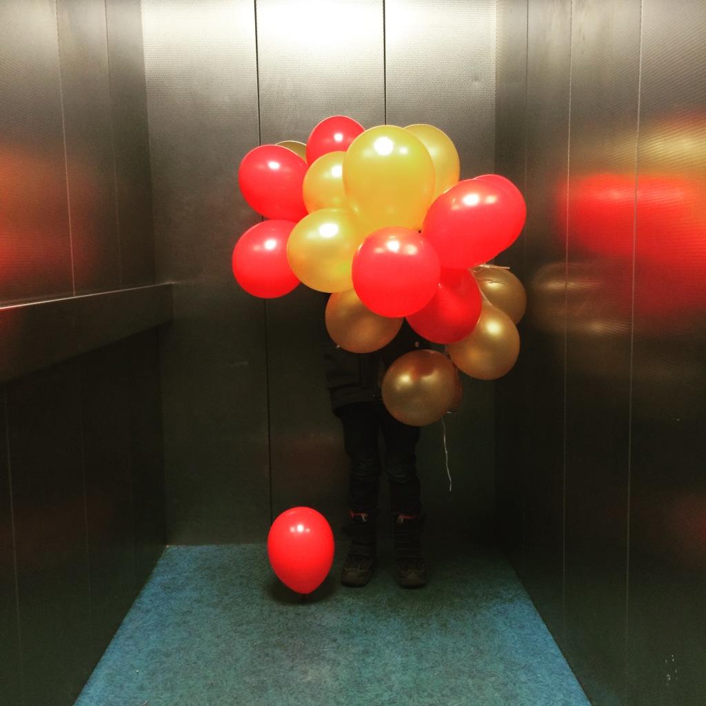 Sohn II mit Luftballons im Fahrstuhl