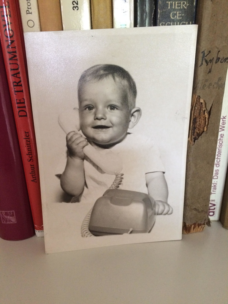 Der Autor als Kind am Telefon