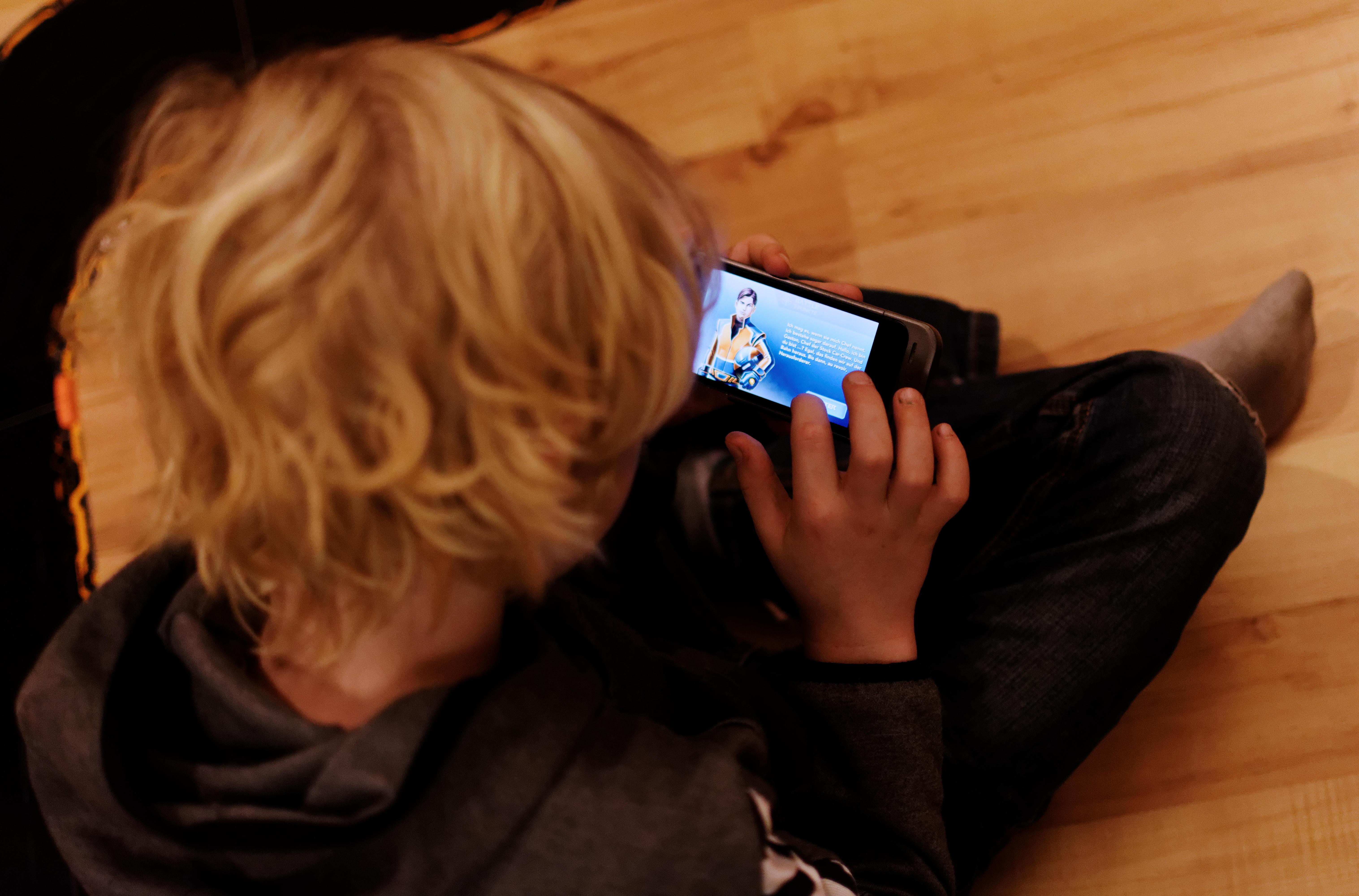 Jojo mit Handy und App