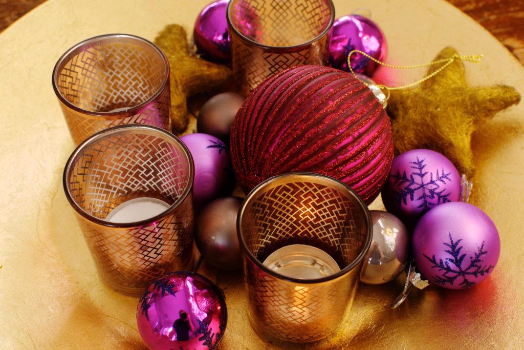 Weihnachtsbaumkugeln und -kerzen