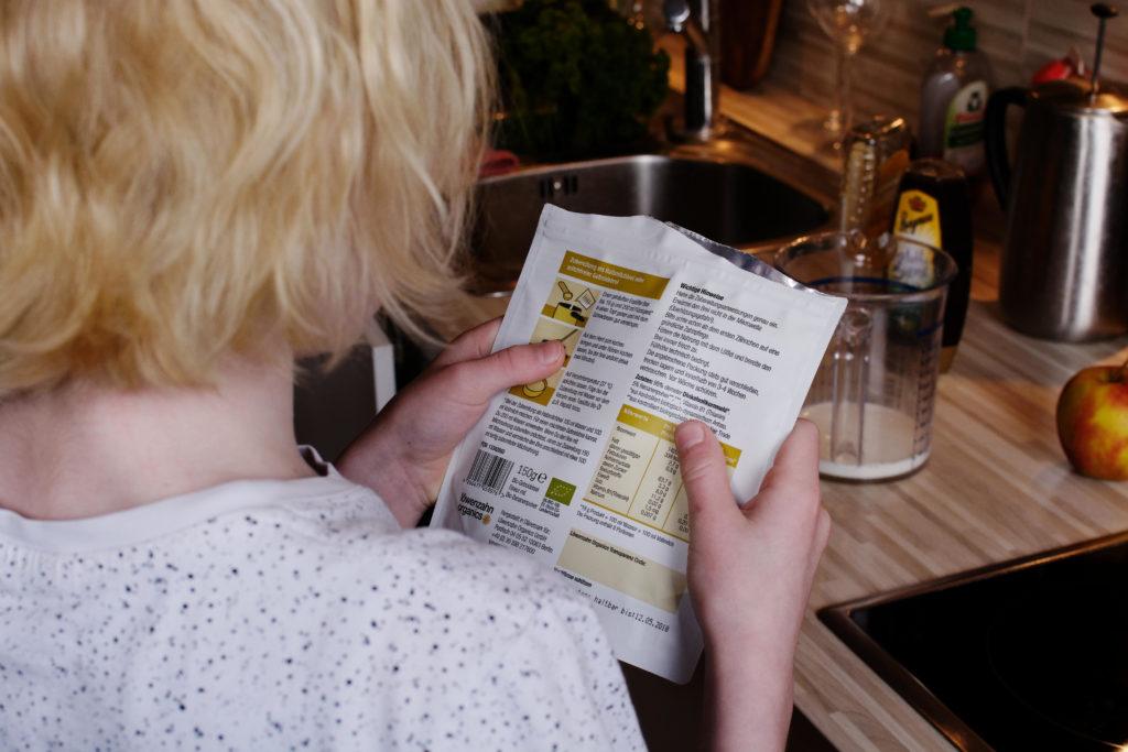 Jojo liest den Text auf der Breitüte
