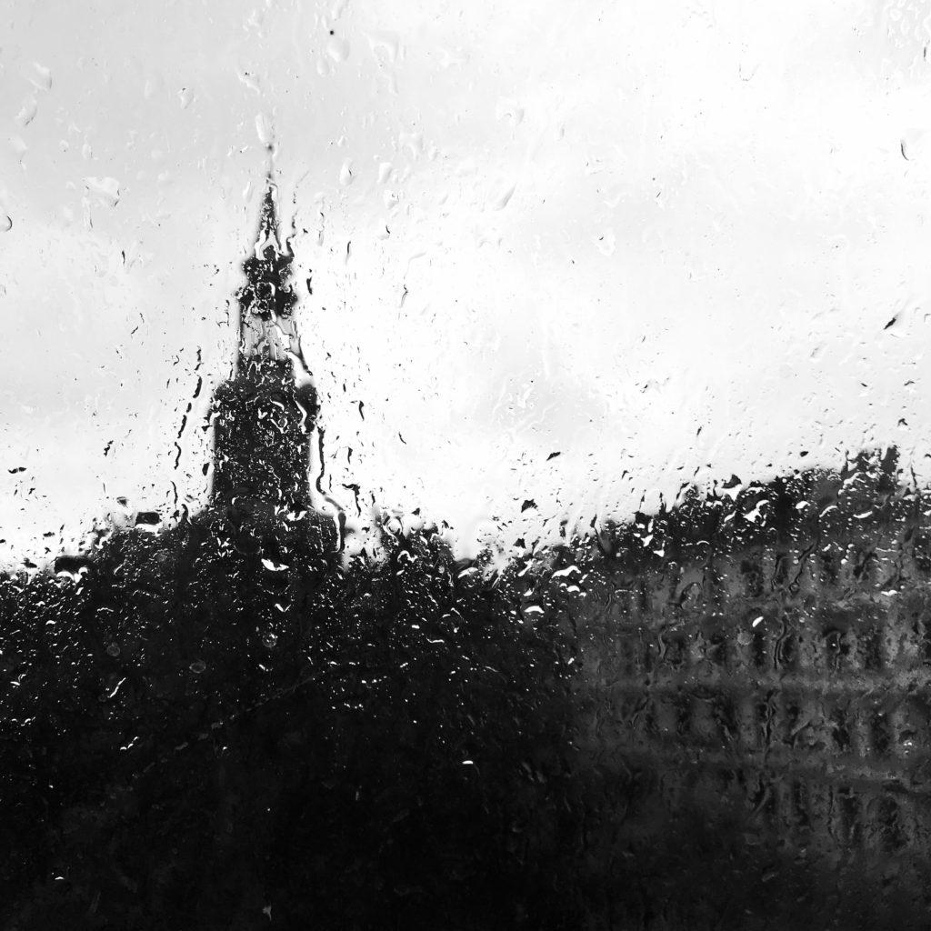 Kirche im Regen durch Fensterglas
