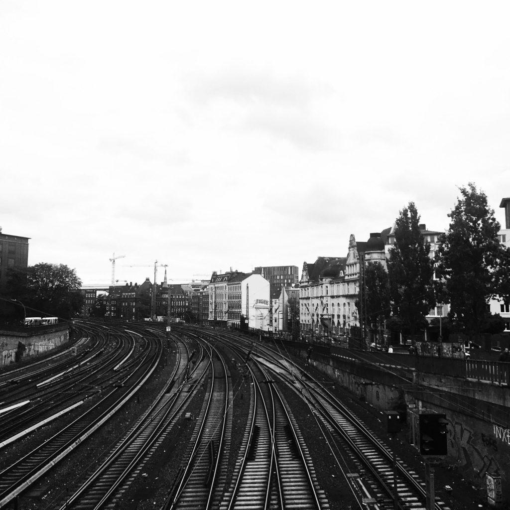 Blick aufs Münzviertel mit Bahngleisen