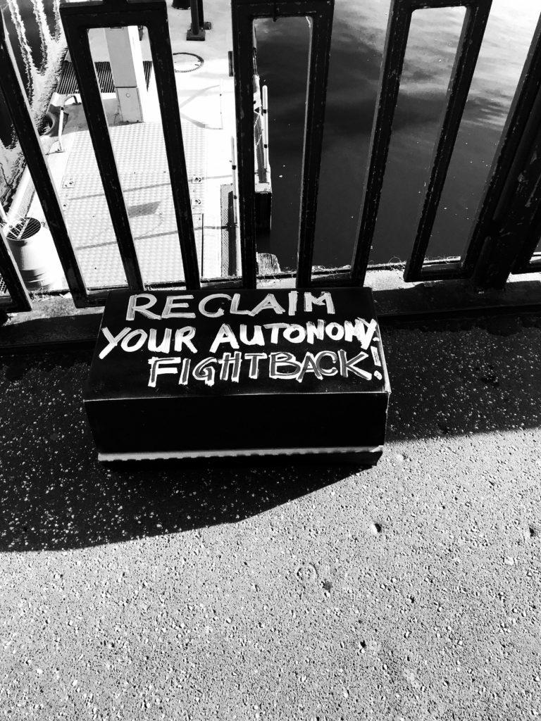 "Schriftzug ""Reclaim your autonomy"""