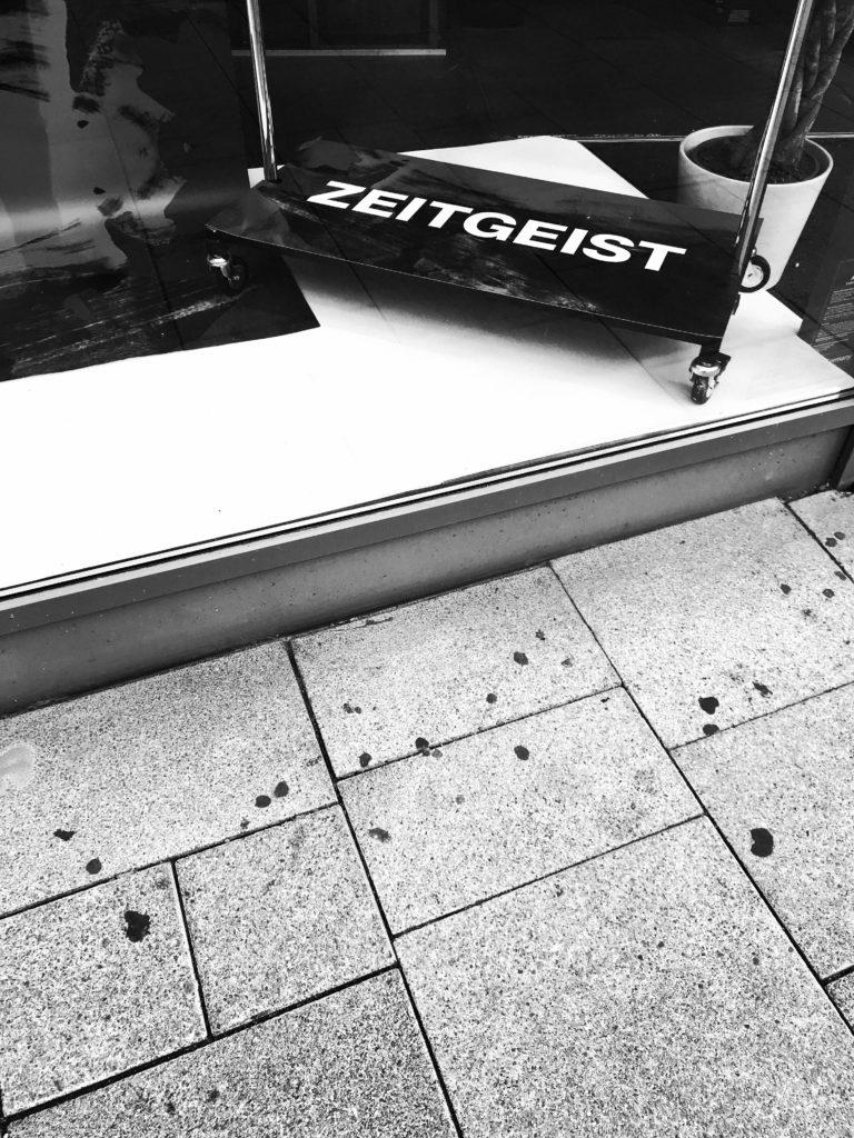 """Schild """"Zeitgeist"""" in einem Schaufenster"""