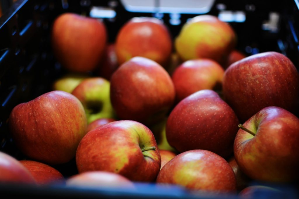 Eine Kiste mit Äpfeln