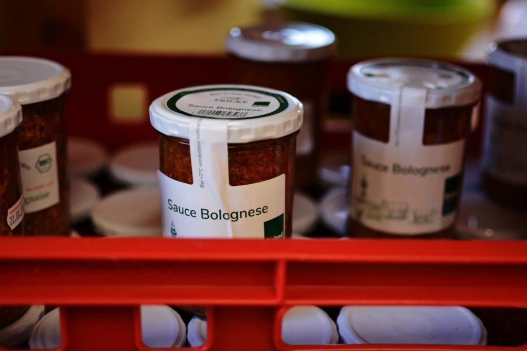 Ein Glas mit Sauce Bolognese