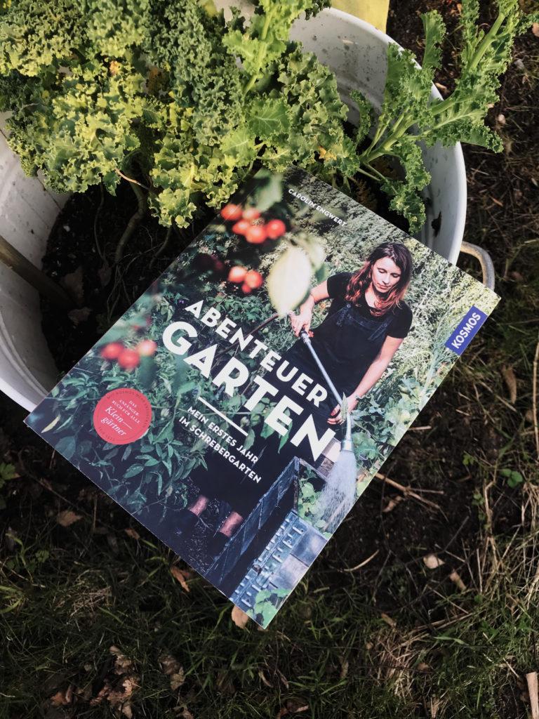"""Das Buch """"Abenteuer Garten"""" neben Grühnkohl"""