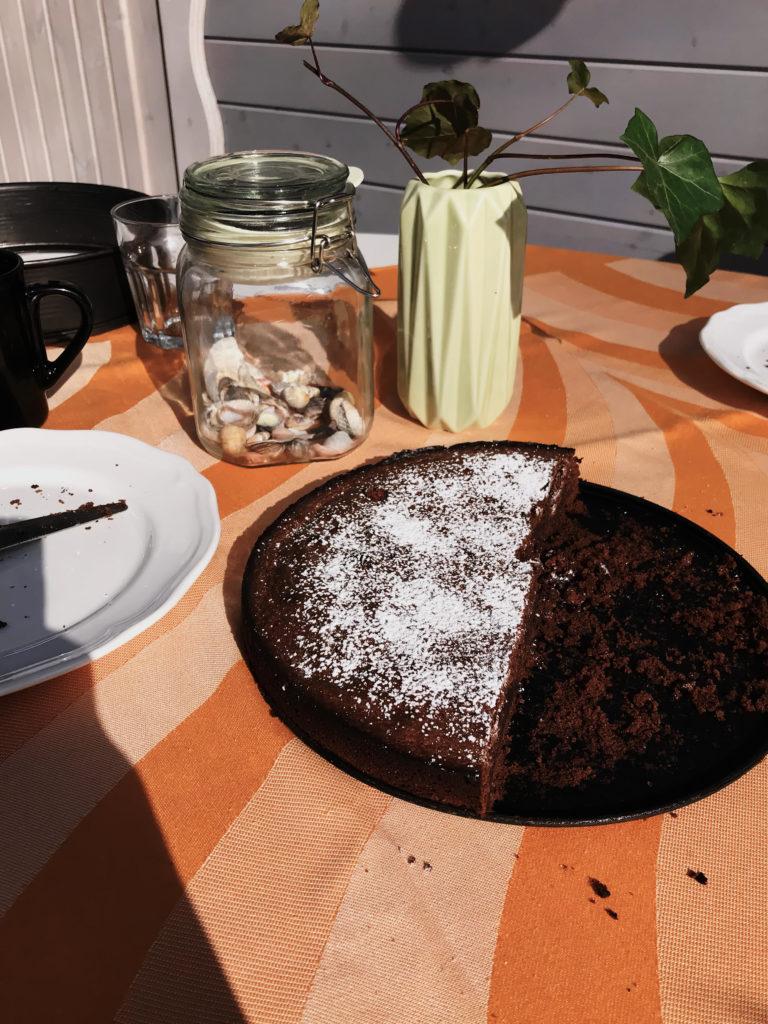 Kuchen auf einem Tisch vor der Laube